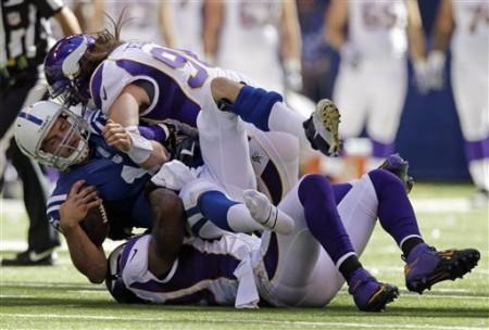 Sack a Andrew Luck dos Colts realizado por Erin Henderson e Brian Robison dos Vikings