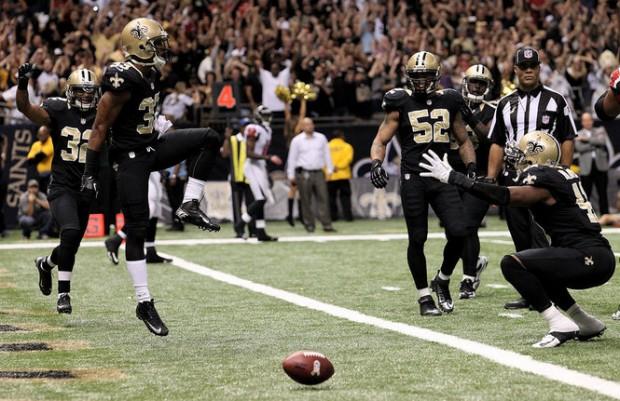 Defesa dos Saints celebra a anulação do ataque dos Falcons