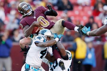 A defesa dos Panthers pressiona RGIII