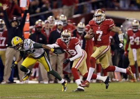 Colin Kaepernick, MVP do encontro, corre para um touchdown