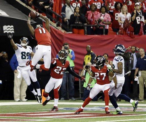 Julio Jones, aqui travestido de defesa, capturando a bola, no Hail Mary desesperado dos Seahawks, no último segundo