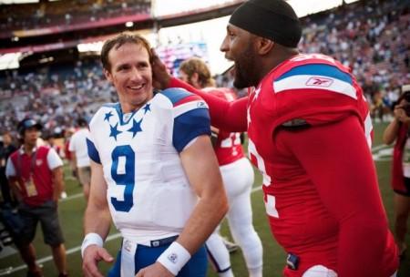 Eli Manning e Ray Lewis após um jogo do Pro Bowl visivelmente divertidos