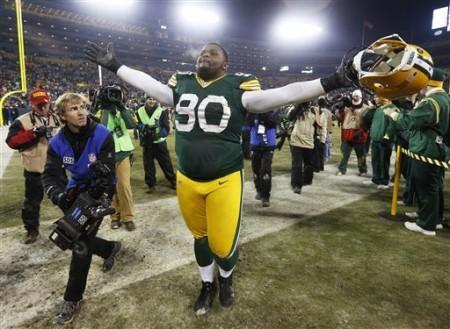 BJ Raji, nose tackle dos Packers, celebrando com os fãs a vitória no wild card weekend