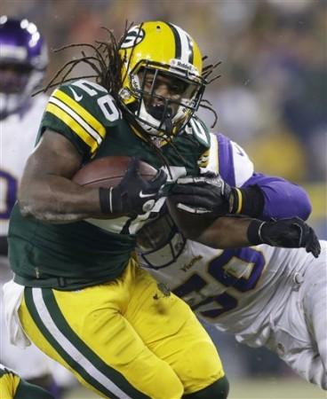 DuJuan Harris, máscara de esforço e determinação, imagem do jogo corrido dos Packers