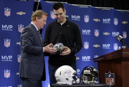 Momento emblemático na carreira de Flacco, com Roger Goodell a entregar o troféu de MVP do Super Bowl