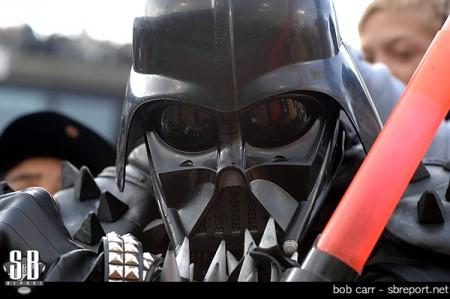 Um fã dos Oakland Raiders vestido de Darth Vader