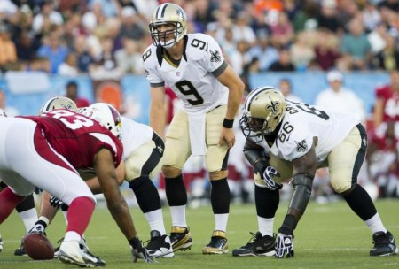 Drew Brees orientando os Saints