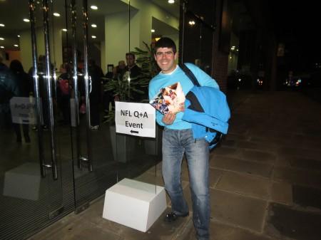 Ricardo Vales com cartões autografados
