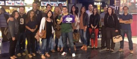 Foto no final do filme com os fãs do Futebol Americano