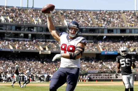 J.J. Watt celebra a sua recepção para touchdown, numa partida em que os Texans venceram os Raiders por 30-14.