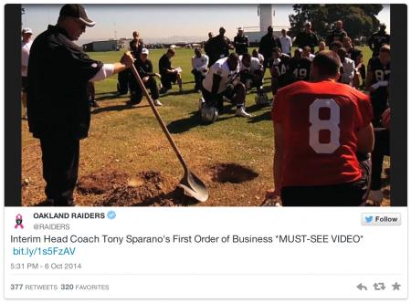 Tony Sparano enterra uma bola à frente do roster