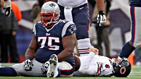 Jay Cutler deitado no chão, depois de sofrer um sack de Vince Wilfork