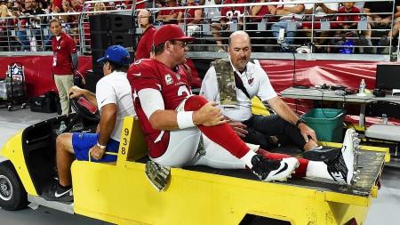 Carson Palmer, quarterback dos Cardinals, a ser transportado para o balneário