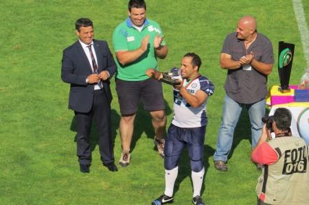 Marco Madeira a receber o prémio de MVP do jogo