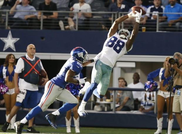 Dez Bryant voa para fazer um catch