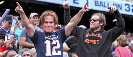 Wes Welker no meio dos fãs dos Patriots, disfarçado de Tom Brady