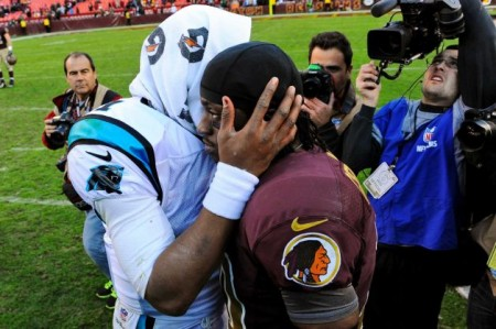 Cam Newton e RGIII trocam algumas palavras no final do jogo
