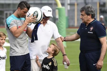 Cristiano Ronaldo com o capacete dos New York Jets